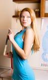 Reizvolle blonde Frau mit einem Messer Stockbilder