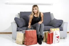 Reizvolle blonde Frau mit Einkaufenbeuteln Lizenzfreies Stockfoto