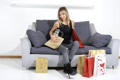 Reizvolle blonde Frau mit Einkaufenbeuteln Stockbilder
