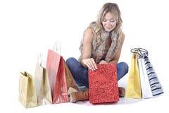 Reizvolle blonde Frau mit Einkaufenbeuteln Stockbild