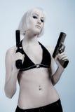 Reizvolle blonde Frau mit Gewehren Stockfoto