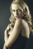 Reizvolle blonde Frau mit konkurrenzfähigem Ausdruck Stockbilder