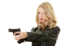 Reizvolle blonde Frau mit Pistole Lizenzfreie Stockbilder