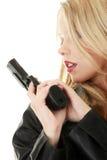 Reizvolle blonde Frau mit Pistole Stockfotos