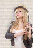 Reizvolle blonde Frau mit Pistole Lizenzfreies Stockbild
