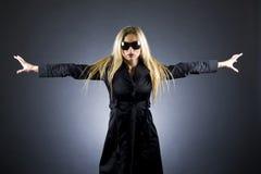 Reizvolle blonde Frau mit Sonnenbrillen Lizenzfreie Stockfotos