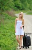 Reizvolle blonde Frau - Straßenrand mit Beutel Stockfotos