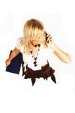 Reizvolle blonde Frauen, die Handy sprechen und Faltblatt auf Weiß anhalten Lizenzfreie Stockbilder