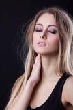Reizvolle blonde junge Frau Stockfotografie