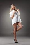 Reizvolle blonde junge Frau im schwarzen Hemd Stockfoto