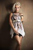 Reizvolle blonde Mädchenaufstellung Stockfoto
