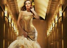 Reizvolle blonde Schönheitsaufstellung Stockbilder