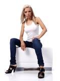 Reizvolle blonde tragende Blue Jeans Lizenzfreie Stockfotografie