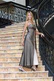 Reizvolle Blondine in einem Abend-Kleid (2) Lizenzfreie Stockfotografie