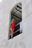 Reizvolle Blondine in einem Fenster Lizenzfreie Stockfotografie