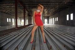Reizvolle Blondine in einem teilweise abgeschlossenen Gebäude (1) Stockbild