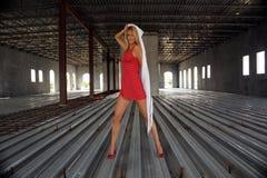 Reizvolle Blondine in einem teilweise abgeschlossenen Gebäude (2) Stockfoto