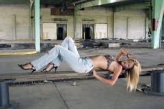 Reizvolle Blondine in einem verlassenen Lager (1) Stockbild