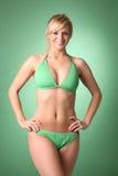Reizvolle Blondine im grünen Bikini Stockfoto