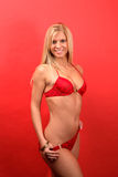 Reizvolle Blondine im roten Bikini Lizenzfreie Stockfotografie