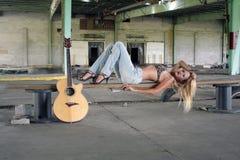 Reizvolle Blondine mit einer Gitarre (3) Lizenzfreies Stockbild