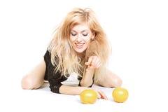 Reizvolle Blondine mit orranges Stockfoto