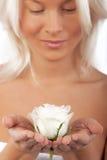 Reizvolle Blondine mit schönem stieg Lizenzfreie Stockfotografie