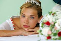Reizvolle Braut im Weiß mit Tiara Lizenzfreie Stockfotografie