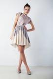 Reizvolle Brunettefrau bei der Art und Weisekleidungaufstellung Lizenzfreie Stockbilder