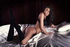 Reizvolle Brunettefrauenaufstellung Lizenzfreie Stockfotografie