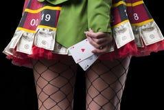 Reizvolle Dame mit 2 Assen Lizenzfreie Stockbilder