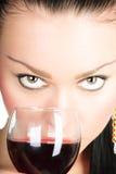 Reizvolle Dame mit einem Glas Rotwein stockfoto
