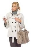 Reizvolle Dame mit Mobiltelefon im Studio Lizenzfreies Stockfoto