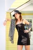 Reizvolle Dame Standing und Aufwartung auf dem Portal Lizenzfreies Stockbild