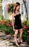 Reizvolle Dame Standing vor Tulpen Stockbild