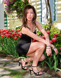 Reizvolle Dame vor Tulpen Stockfotografie