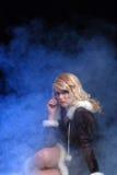 Reizvolle Eisprinzessin mit blauem Rauche Stockbild
