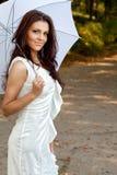 Reizvolle elegante junge Frau mit Regenschirm lizenzfreie stockbilder