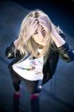 Reizvolle erstaunliche blonde Schönheit in einer romantischen Haltung Stockfoto