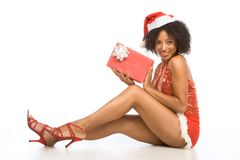 Reizvolle ethnische Frau im Hut mit Weihnachtsgeschenk Stockbilder
