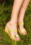 Reizvolle Füße einer jungen Frau. lizenzfreies stockbild