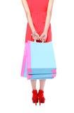 Reizvolle Fahrwerkbeine der Einkaufendame Einkaufstasche zeigend Stockfotos