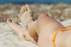 Reizvolle Fahrwerkbeine der Frau auf dem Strand Lizenzfreie Stockfotografie