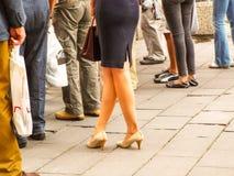 Reizvolle Fahrwerkbeine der Frau mit Handtasche Lizenzfreie Stockfotografie
