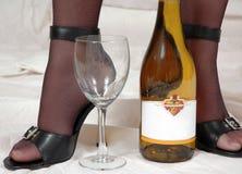Reizvolle Fersen, Strümpfe mit Wein Stockfoto