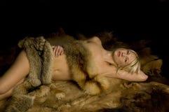 Reizvolle Frau abgedeckt in der Pelzseite Stockbild