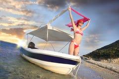 Reizvolle Frau auf dem Boot Stockbild