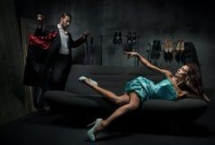Reizvolle Frau auf dem Trainer Stockfoto