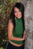 Reizvolle Frau auf Fallart und weise draußen Stockfoto