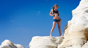Reizvolle Frau auf Felsen stockbilder